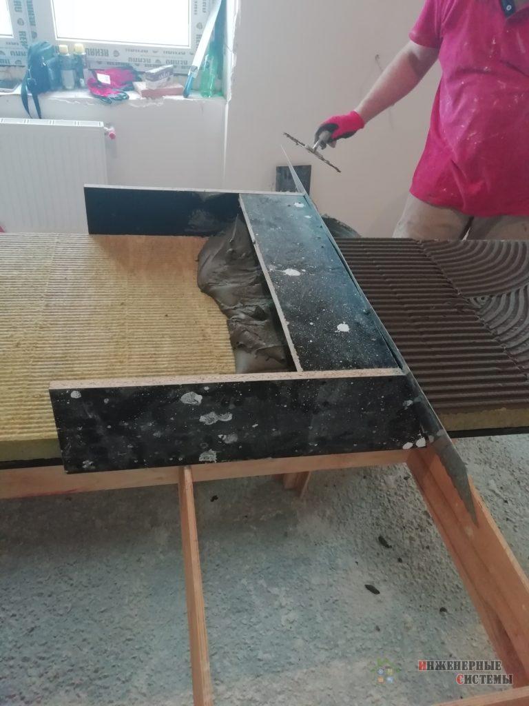 Наносим клеящий состав на плиты шумоизоляции