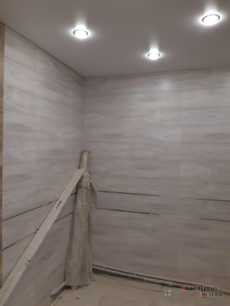 Плитка и натяжной потолок в ванной